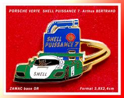 SUPER PIN'S PORSCHE SHELL PUISSANCE 7 : Version VERTE Formule 3 Signé Arthus BERTRAND, Zamac Base Or, 3,8X2,4cm - Porsche