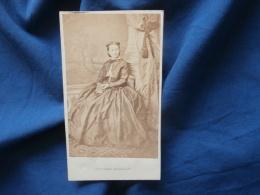 Photo CDV  Numa Rue Richelieu Paris  Femme Assise Avec Un Livre  Belle Robe En Satin - Sec. Empire - CA 1860-65 - L381 - Photographs