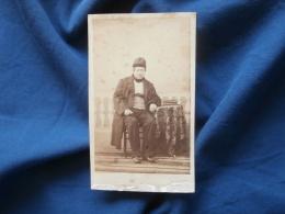 Photo CDV  Sans Mention Photographe  Homme âgé Assis Portant Unne Toque - Sec. Empire - CA 1860 - L381 - Photographs