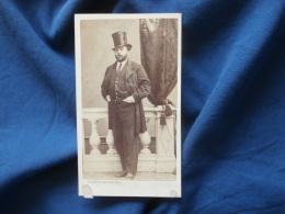 Photo CDV  Besson à Lyon  Homme élégant Mains Dans Son Pantalon Haut De Forme, Cigare - Sec. Empire - CA 1860-65 - L381 - Photographs