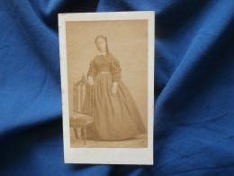 Photo CDV  Sans Mention Photographe  Jeune Femme  Robe à Manches Froncées - Sec. Empire - CA 1860 - L381 - Photographs