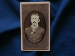 Photo CDV  Sans Mention Photographe  Portrait Homme Avec Des Lorgnons Coincés Dans Sa Veste - CA 1880 - L382 - Photographs