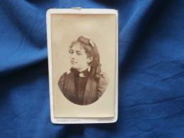 Photo CDV  Braun à Angoulème  Portrait Jeune Femme Brune  Coiffure : Anglaises Et Ruban (Mme Salmon) - CA 1885 - L382 - Photographs