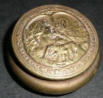 Rare Ancienne Petite Boite En Laiton Embouti Décor Femme Et Chèvre Avec Miroir, De Poche, Sac à Main, Poudrier - Accessoires