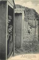 - Thèmes -ref-A685- Sur Les Bords De L Ocean - Baigneuses Se Cachant Dans Une Cabine De Bain - Baigneuse - - Cartes Postales