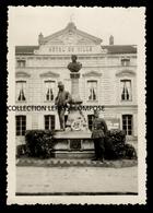 TOP LONGJUMEAU - OCCUPATION - SOLDAT ALLEMAND DEVANT L' HOTEL DE VILLE ET LA STATUE DU POSTILLON EN 1940 ( MAIRIE ) - Longjumeau