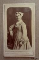 Photo Ancienne - Portrait De Jeune Femme Avec Sa Coiffe - Format CDV - Photo Garnier Frances à Poitiers - Personnes Anonymes