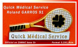 "SUPER PIN'S Roland GARROS 91 : La Raquette ""Quick Medical Service"" Sponsor Officiel En Zamac Base Or, Format 3,2X1,8cm - Tennis"