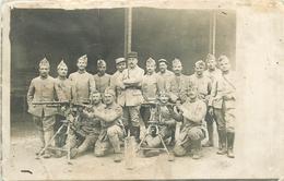CARTE PHOTO - 98° REGIMENT D' INFANTERIE De ROANNE (42- LOIRE) - GROUPE DE POILUS AVEC MITRAILLEUSES HOTCHKISS MARS 1918 - Guerra 1914-18