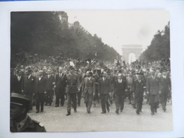 (Seconde Guerre Mondiale - Libération De Paris - 1944) - De Gaulle Sur Les Champs Elysées ........voir Scans - Guerre, Militaire