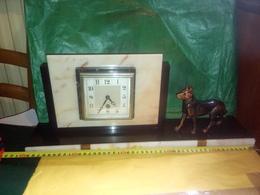 SUPERBE PENDULE ART DÉCO HORLOGE EN MARBRE Chien En Régule TEDO Fonctionne Avec Sa Clef DÉBUT XXème L 50 CM X H 20 CM - Clocks