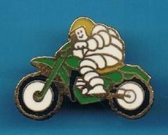 PIN'S //  ** PNEUS MICHELIN / BIBENDUM EN MOTOS ** . (Fraisse) - Motorbikes