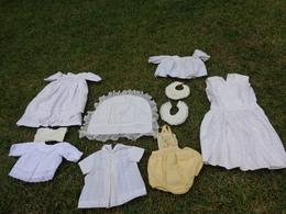 Lot De Vetements Vintage De Bebe Ou Fillette Pour Poupee-robe De Bapteme- Bavoir Etc... Poupon Lot 2 - Other Collections
