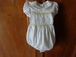 Lot De Vetements Vintage De Bebe Ou Fillette Pour Poupee-poupon -robe De Bapteme De Bapteme- Bavoir Etc... Lot 5 - Autres Collections