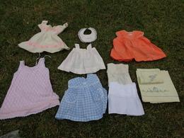 Lot De Vetements Vintage De Bebe Ou Fillette Pour Poupee-poupon -robe-drap-taie- Bavoir Etc... Lot 9 - Autres Collections
