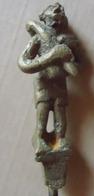 12 Figurines En Bronze En Cire Perdue, Environ 5.5 Cm De Haut, Montées Sur Pique De Fer De 39 Cm, Origine Nigéria - Art Africain