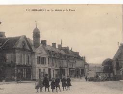 02- Vic Sur Aisne  La Mairie Et La Place - Vic Sur Aisne