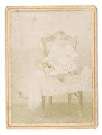 Photo Sur Carton, Enfant Sur Chaise - Personnes Anonymes