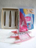Trimaran Poulain Objet Publicitaire Plastique 1988. Longueur 28cm Boite 24x30. - Cioccolato