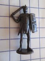 Figurine KINDER ??? MONOBLOC METAL BRONZE / LEGIONNAIRE ROMAIN , Très Bon état, Vu à 5 € Chez I-B - Figurines En Métal
