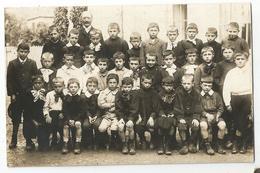 CPA Photo De Classe De Garçons -  L'ECOLE D'AUTREFOIS - élèves En Sabots Et Galoches Posant Avec Leur Instituteur - Te Identificeren