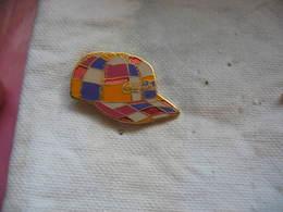 Pin's D'une Casquette Multicolore Avec Pub Coca Cola - Coca-Cola