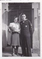 Foto Deutscher Matrose Mit Frau Mit Blumen - 2. WK - 8*6cm (34929) - Guerre, Militaire