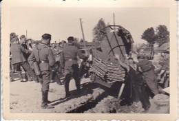 Foto Liegengebliebenes Fuhrwerk - Panne - Deutsche Soldaten - 2. WK - 9*6cm (34937) - Krieg, Militär