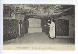 CPA Paris 14 Paris Souterrain Les Catacombes Une Visite à L'Ossuaire - Distrito: 14