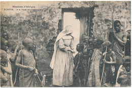 RUANDA - A La Porte Du Dispensaire - Soeurs Missionnaires De N.D. D'Afrique - Ruanda-Urundi