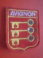 AVIGNON - VAUCLUSE-Écusson Blason Tissu /Feutrine Brodé-Faire Défiler Images Écussons-Blasons Crest Coat Of Arms - Patches