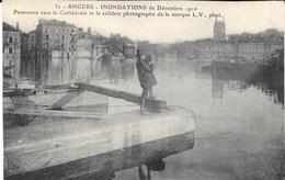 49 - ANGERS - Inondations Décembre 1910 - N° 32 - Panorama Vers Le Cathédrale Et Le Célèbre Photographe De L.V. - Angers