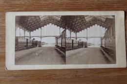 Stereo Second Empire  Interieur D'une Gare Avec Des Wagons - Photos Stéréoscopiques