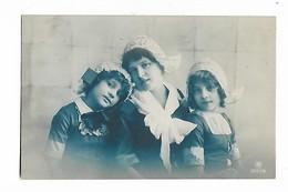 2  CPA  De  Mère  Et  2  Filles  En  Costumes    De  Belge - Groupes D'enfants & Familles