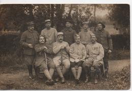 CPA.Photo.Militaire.extérieur.groupe.régiment à Définir.deux Avec Cannes, Un Avec Un Bandage à La Main - Photographie