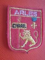 ARLES SUR RHONE-OVAREL -Bouches Du Rhône -13 - Écusson Blason Tissu/Feutrine Brodé- Écussons-Blasons Crest Coat Of Arms - Patches
