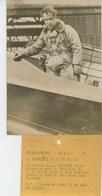 """PHOTOS ORIGINALES - AVIATION - 1936 - L'Aviateur JAMES MOLLISON à Bord De Son Avion """"MISS DOROTHÉE"""" -Cliché FRANCE PRESS - Aviation"""