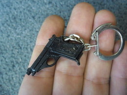 1 PORTE CLEFS PISTOLET SCHICK - Arme à Feu Flingue @ Vers 1965 - Porte-clefs
