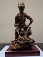 Trofeo De Pesca. Pescador Con Sombrero Sentado En Un Tronco, Sacando Un Pez. - Esculturas