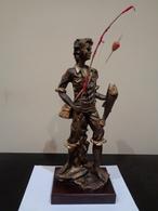 Trofeo De Pesca. Joven Pescador Sosteniendo Un Pez Y Alzando La Caña De Pescar. - Sculptures