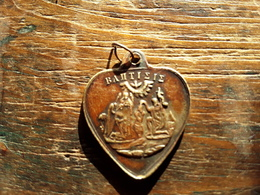 Medaille De Baptême Ancienne ,  Orthodoxe ,  Pendentif , En Forme De Coeur , Cuivre ? TB - Colgantes