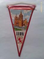 Banderín De León. España. Años '60-'70 - Escudos En Tela