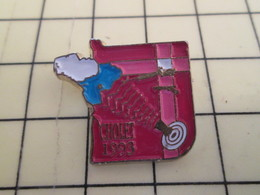 Pin412c Pin's Pins / Rare Et De Belle Qualité / THEME : SPORTS / TIR FUSIL CARABINE PISTOLET CIBLE CHOLET Marrons Chauds - Pin's
