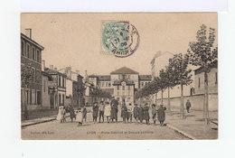 Lyon. Place Gabillot Et Groupe Scolaire. Enfants En Blouses, Bérets... (2903) - Lyon