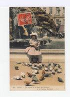 Lyon. Les Pigeons De La Place Des Terreaux. Fillette Avec Chapeau, Bottines. (2906) - Scènes & Paysages