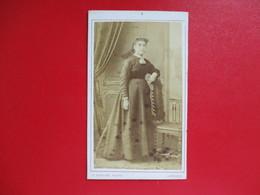 CDV FEMME TENUE EPOQUE PHOTOGRAPHE A.BASTIER LIMOGES - Cartes De Visite
