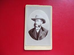 CDV PORTRAIT HOMME MOUSTACHE FAVORIS CHAPEAU PHOTOGRAPHE ORDINAIRE DINARD - Cartes De Visite