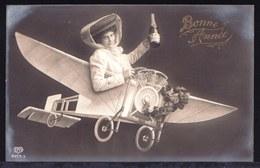CARTE PHOTO MONTEE SURREALISME ** BELLE FILLE EN AVION AVEC CHAMPAGNE ** PRETTY LADY IN PLANE - SURREALISTIC CARD - New Year