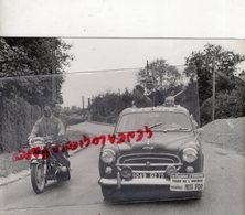 CYCLISME - RARE PHOTO TOUR DE L' AVENIR 1963- MOTO ET VOITURE PRESSE DE L' EQUIPE- EUROPE 1- LE PARISIEN- PEUGEOT 403 - Cyclisme