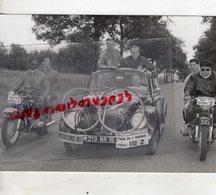 CYCLISME - RARE PHOTO TOUR DE L' AVENIR 1963- VOITURE VOLSWAGEN DIRECTEUR  - MOTO PRESSE L' EQUIPE-LE PARISIEN -EUROPE 1 - Cyclisme